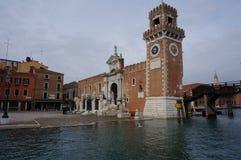 Venedig kanal i det Castello området Fotografering för Bildbyråer
