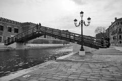 Venedig kanal i det Castello området Arkivfoton