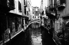 Venedig kanal med bron royaltyfria bilder