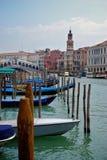 Venedig kanal med den Rialto bron och gondoler Arkivfoton