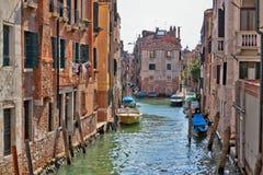 Venedig kanal med förtöjde fartyg Royaltyfria Foton