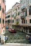Venedig kanal med fartyg arkivbilder