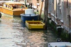 Venedig kanal med fartyg royaltyfri foto