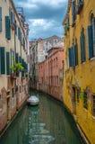 Venedig kanal med fartyget Arkivfoto