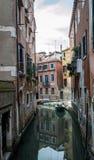 Venedig kanal med fartygreflexion Arkivbilder