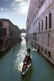 Venedig kanal med gondolen Arkivfoton