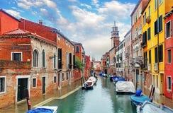 Venedig kanal med skeppet arkivfoton