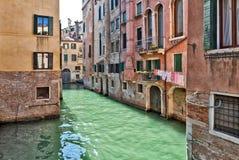 Venedig kanal med typiska vattendörrar Royaltyfri Foto
