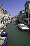 Venedig-Kanal mit Booten Lizenzfreie Stockbilder