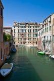 Venedig-Kanal mit Booten Lizenzfreies Stockfoto