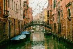 Venedig-Kanal mit festgemachten Booten mit einem Weinleseeffekt Lizenzfreie Stockfotografie