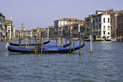 Venedig-Kanal mit Gondeln Lizenzfreies Stockfoto