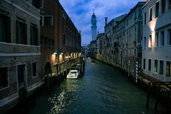 Venedig-Kanal nachts mit Straßenlaterneaufschlussreichen Häusern und Kanal Stockfotos