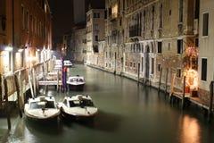 Venedig-Kanal, Nachtszenen mit Polizeiboot Stockbild