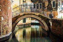 Venedig kanal- och brosikt vid natt royaltyfri bild