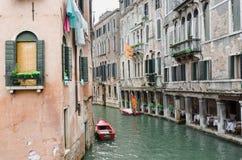 Venedig kanal och ett rött fartyg Royaltyfri Foto