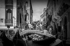 Venedig kanal och gondol i svartvitt arkivbild