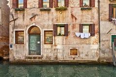 Venedig kanal- och vattendörr Arkivfoto