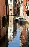 Venedig, kanal- och vattenreflexion Fotografering för Bildbyråer