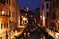 Venedig kanal på natten fotografering för bildbyråer