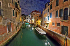 Venedig kanal på natten Royaltyfri Foto