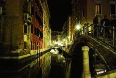 Venedig kanal på natten Royaltyfria Bilder