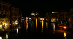 Venedig kanal på natten Arkivbilder