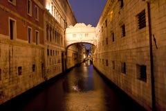 Venedig kanal på natten Arkivbild