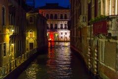Venedig kanal på natten Royaltyfri Fotografi