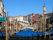 Venedig kanal som är stor, med den Rialto bron och Gondole Arkivbilder