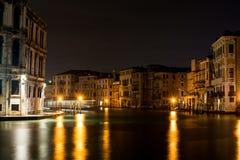 Venedig kanal som är stor vid natt royaltyfri bild