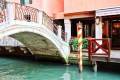 Venedig-Kanal und Brücke Lizenzfreie Stockbilder