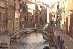 Venedig-Kanal und -brücke Stockfotos
