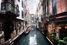 Venedig - Kanal und eine Brücke stockfotografie