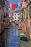 Venedig, Kanal, Wasserreflexion und Wäschereihängen Lizenzfreies Stockbild
