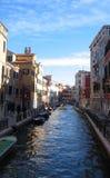 Venedig-Kanalansicht zwischen Häuser mit Boot Lizenzfreie Stockfotografie