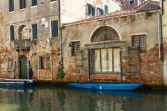 Venedig kanalarkitektur Royaltyfria Bilder