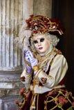 Venedig karneval 2017 rött venetian för svart karnevaldräkt venetian karnevalmaskering italy venice Fotografering för Bildbyråer