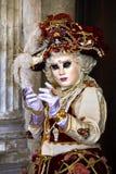 Venedig karneval 2017 rött venetian för svart karnevaldräkt venetian karnevalmaskering italy venice Royaltyfri Foto
