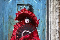 Venedig karneval 2017 rött venetian för svart karnevaldräkt venetian karnevalmaskering italy venice Venetian röd karnevaldräkt Royaltyfria Bilder