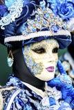Venedig-Karneval 2017 Venetianisches Karnevalskostüm Venetianische Karnevals-Schablone Venedig, Italien Venetianisches blaues Kar Stockfotografie