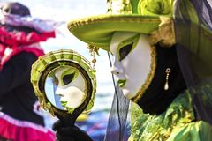 Venedig-Karneval 2017 Venetianisches Karnevalskostüm Venetianische Karnevals-Schablone Venedig, Italien Reflexion im Spiegel Lizenzfreie Stockbilder