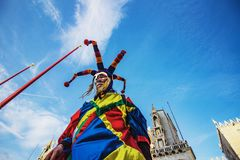 Venedig karnevaldeltagare Jester On Stilts arkivfoton