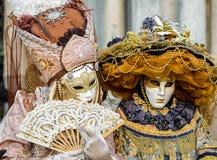 Venedig karnevalpar arkivbild