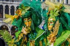 Venedig karnevalpar royaltyfri foto