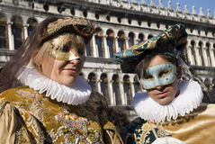 Venedig-Karnevals-Paare Stockfotos