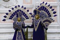 Venedig-Karnevalskostüme im Purpur und im Gold und Venedig-Masken im Februar Venedig Italien lizenzfreie stockfotografie