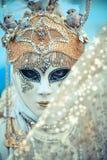 Venedig-Karnevalsmaskenmodell in San Marco Square Stockbild