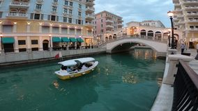 Venedig-Kreuzfahrtboot in der Dämmerung stock footage