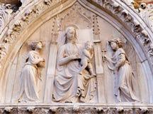 Venedig - lättnad av Madonna på portal av den kyrkliga Santa Maria Gloriosa deien Frari Royaltyfri Foto